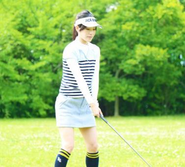 ゴルフスイング 構える女性