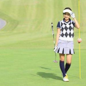 グリーンの女性ゴルファー