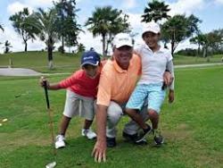 男性ゴルファーと子供